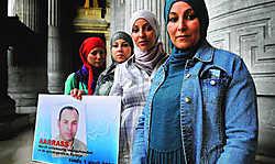 Avant plan : deux soeurs de Ali Aarass protestent contre son emprisonnement  Herman Ricour.
