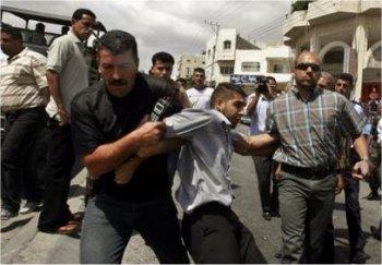 (JPG) Hébron, 9 septembre 2007 - Les miliciens du Fatah arrêtent un jeune manifestant sympathisant du Hamas - Photo : AP/Nasser Shiyoukhi