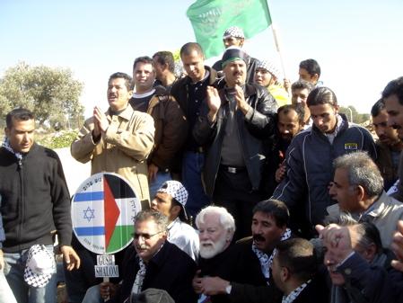 Uri Avnery à Bil'in lors d'une manifestation conjointe entre Palestiniens et Israéliens