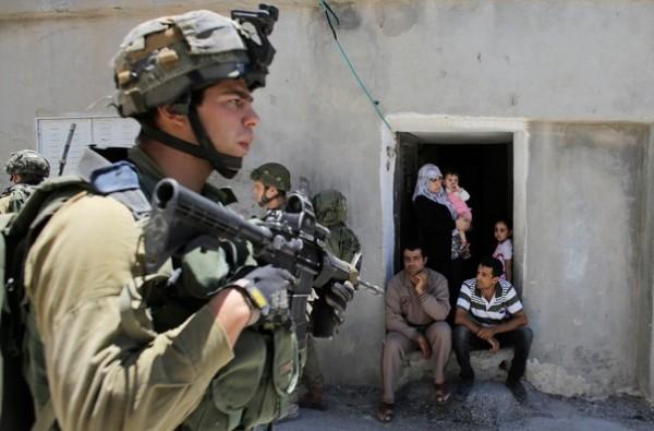 Un soldat israélien à Hébron, le 15 juin 2014 (Reuters/Ammar Awad)