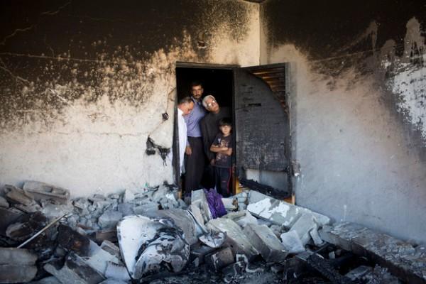 La maison familiale endommagée d'Amer Abu Eishe, l'un des deux Palestiniens identifiés par Israël comme suspects dans le meurtre des trois adolescents israéliens, une fois démolie par l'armée israélienne, à Hébron, Cisjordanie, le 1erjuillet. (Oren Ziv/ActiveStills)